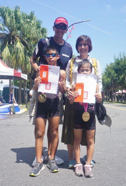 兄妹檔周業澔、周芷菱都拿下分組冠軍。中華民國鐵人三項協會提供