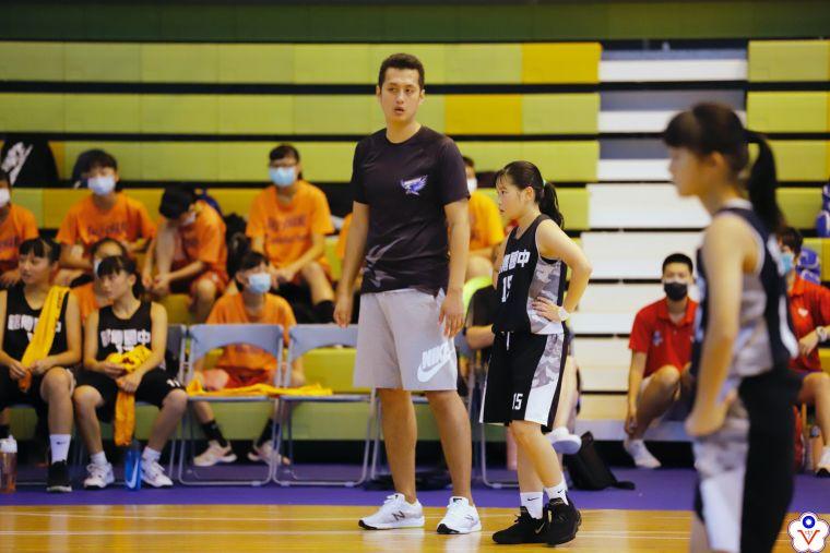 兼掌銘傳男、女籃兵符都晉四強的總教練徐偉勝,瞄準男籃17連勝首冠。大會提供