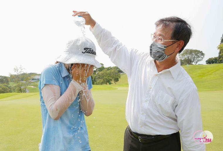冠軍洪玉霖接受建大工業股份有限公司董事長楊啓仁(右)潑水慶祝。TLPGA提供/葉勇宏攝影