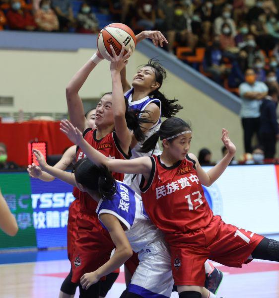 冠軍賽MVP民族黃子芸吸引3名大倫對手及隊友包圍爭球。大會提供
