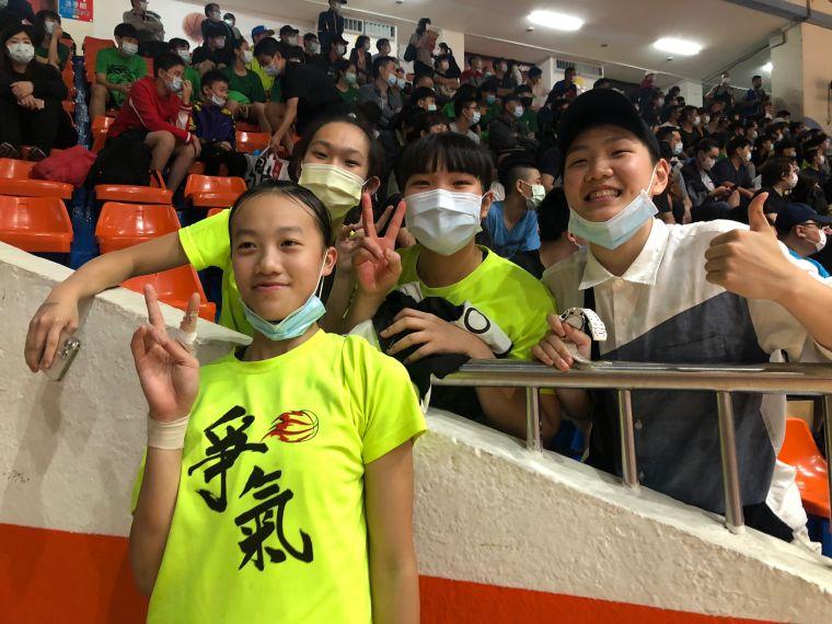 冠軍賽MVP黃子芸(左)與民族學姊蔡佑蓮(右)等人。大會提供