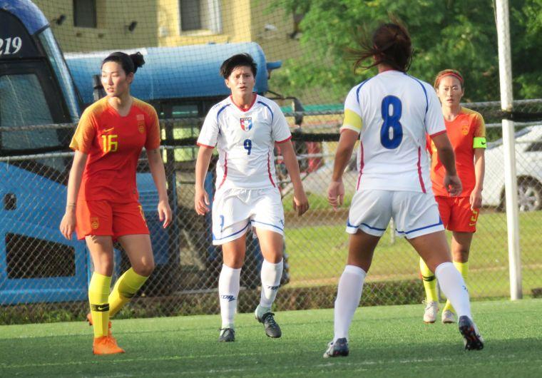 前鋒9號李綉琴創造出不少進攻機會(白衣)。中華民國足球協會提供