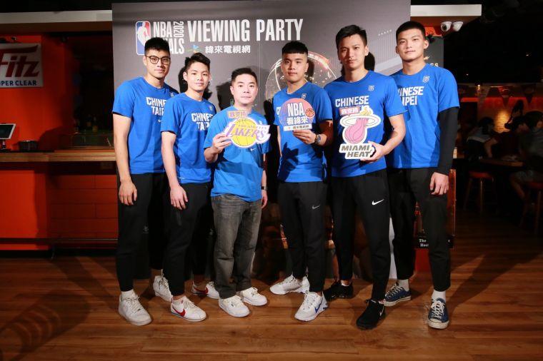 劉孟竹教練帶著中華白選手與球迷一起同樂。主辦單位提供