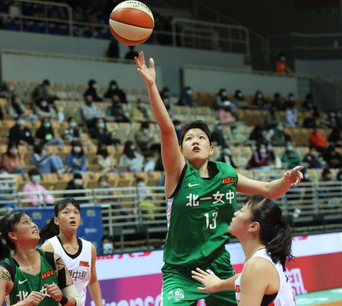 北一女蔡佑蓮19投中8、8罰中3拿19分、9籃板。大會提供