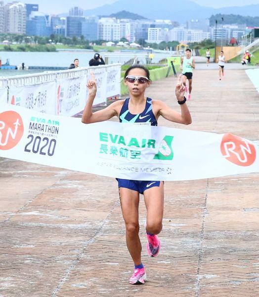 半程馬拉松女子組冠軍曹純玉(1小時14分56秒)。大會提供