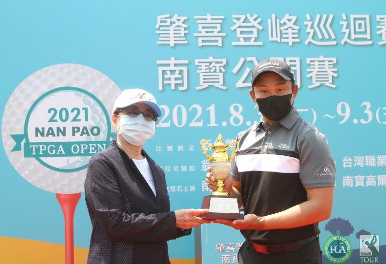 南寶高爾夫球場董事長黃英美(左)頒冠軍盃給李玠柏。鍾豐榮攝影