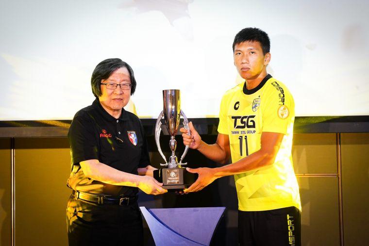 南市台鋼吳俊青(右)交還冠軍獎盃予中華足協邱義仁理事長(左)。大會提供