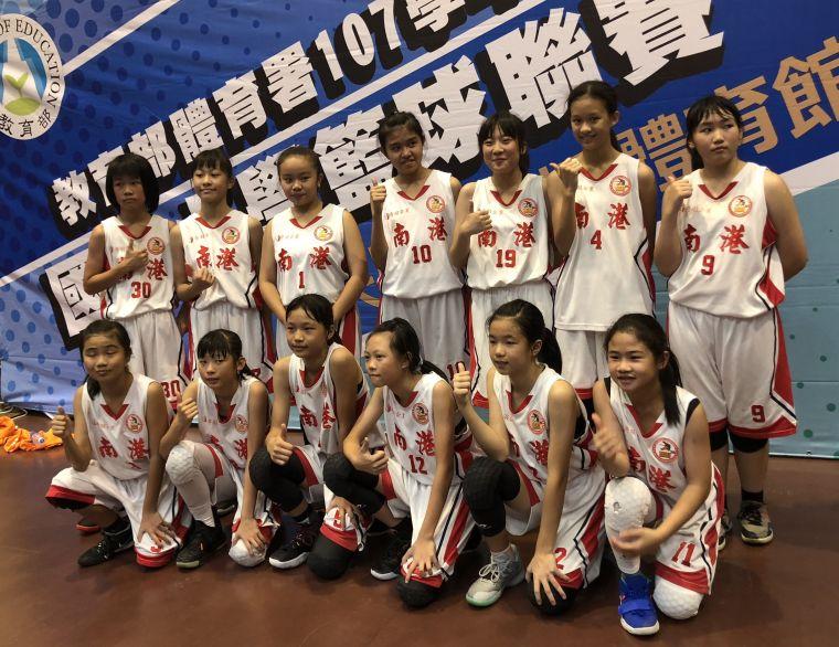 南港女籃破「亞軍魔咒」7連勝隊史首度封后。大會提供