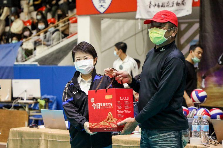 台中市體育總會榮譽主委林竹旺特別贈送盧市長台中長力隊外套-她並回贈所有參賽球隊台中在地特產麻花捲。台中市運動局提供