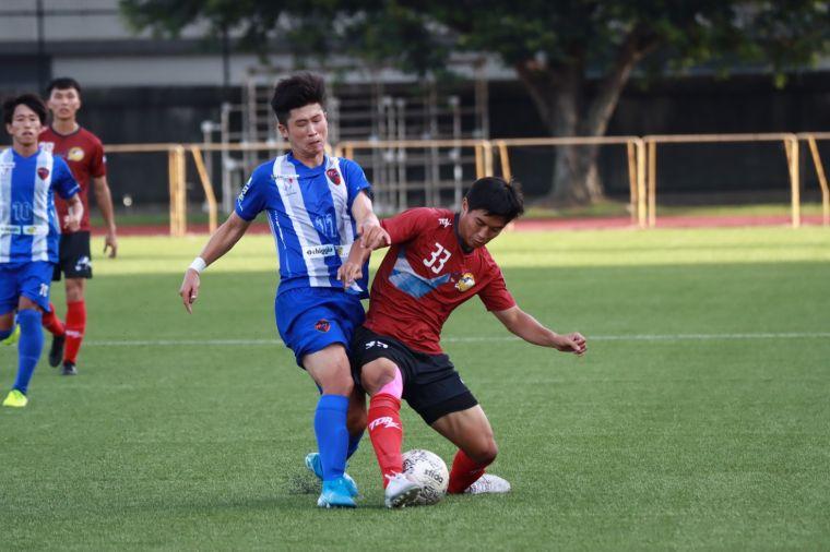 台中FUTURO朱益成(藍)與航源FC吳彥澍(紅)爭搶。足協提供