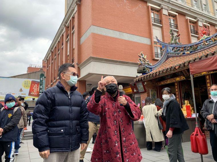 台北霞海城隍廟管理人陳文文(右)到場感謝所有民眾參與擲筊贈免費名額的活動。大會提供