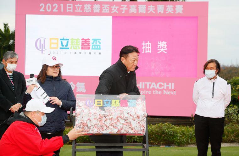 台灣日立江森自控社長菊地正幸抽出頭獎得主。TLPGA/葉勇宏攝