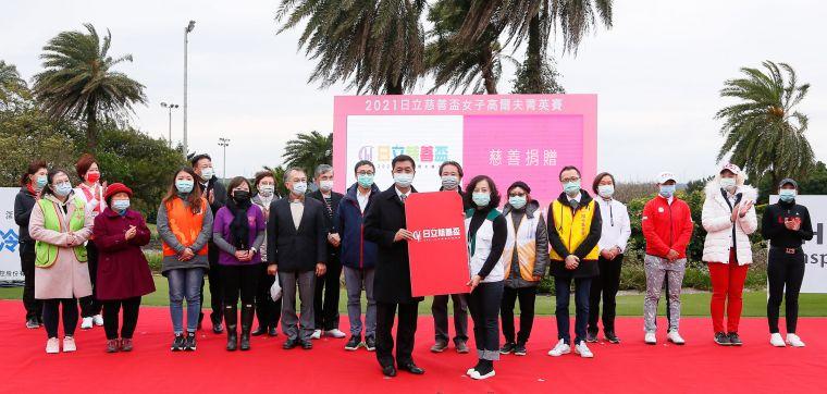 台灣日立江森自控空調販賣公司總經理羅淮正(前左)送出象徵善款的紅包。TLPGA/葉勇宏攝