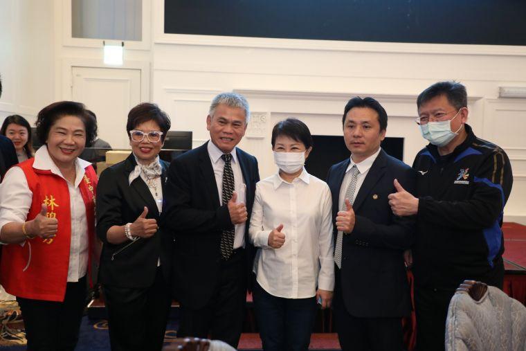 台灣游泳池事業協會今成立-盧市長-大力支持游泳產業。台中市運動局提供