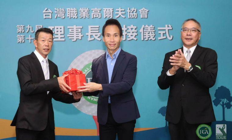 台灣職業高爾夫協會理事長交接,在TPGA榮譽理事長許育瑞(中)的監交下,第九屆理事長謝錦昇(右),第十屆新任理事長陳榮興(左)。官方提供