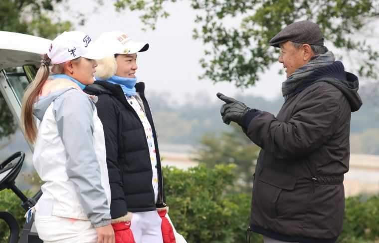 台豐球場董事長林實為王莉甯(左)和劉嬿加油打氣。鍾豐榮攝影