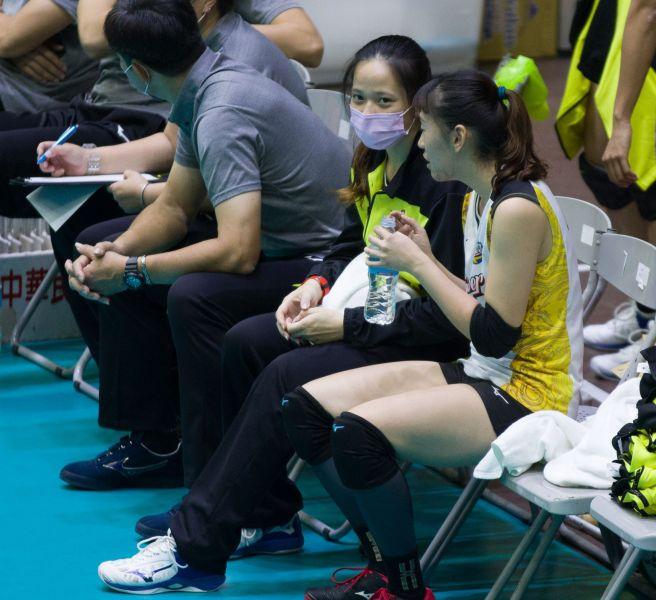 台電女排 自由球員楊孟樺(左)帶傷,由郭覲儀(右)上陣。中華民國排球協會提供