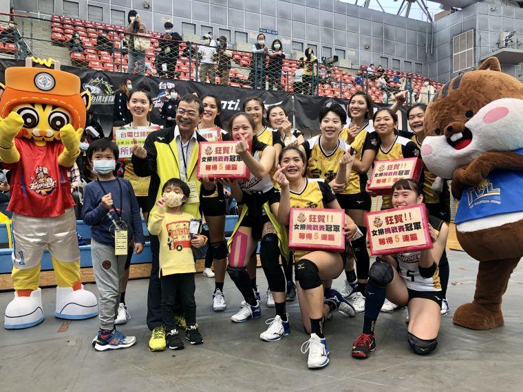 台電女排賽後大合照。中華民國排球協會提供