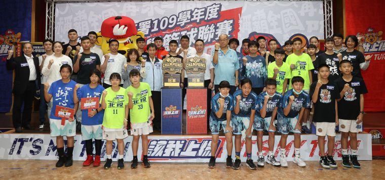 國小籃球聯賽大合照。李天助攝