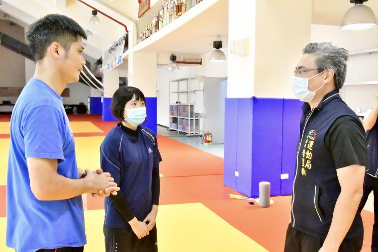 吳教練現場指導聽障帕運國手柔道技術-因指導聽障選手須看到教練口型。台中運動局提供