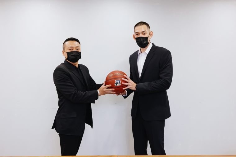 呂政儒(右)與高雄鋼鐵人總經理鄭明元合影。高雄鋼鐵人提供