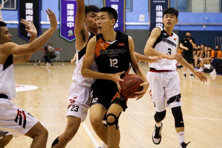 嘉中羅楷翔決賽場均26分、16籃板、5.8阻攻動輒被對手包夾。大會提供