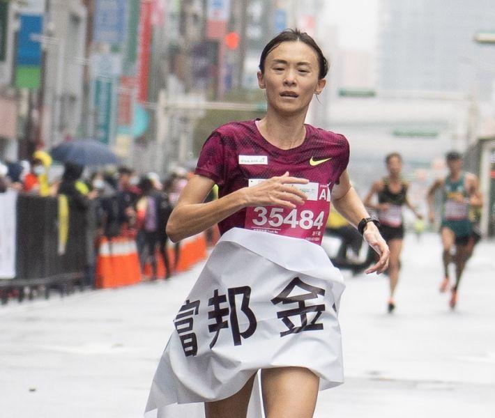 國內長跑好手謝千鶴以1小時15分17秒成績拿下半程馬拉松女子組冠軍。大會提供