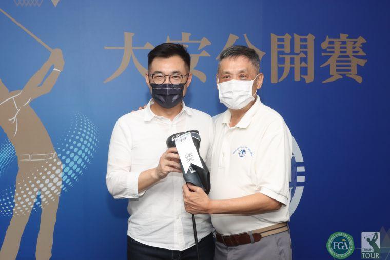 國民黨主席江啟臣(左)頒幸運特獎給 貴賓。鍾豐榮攝