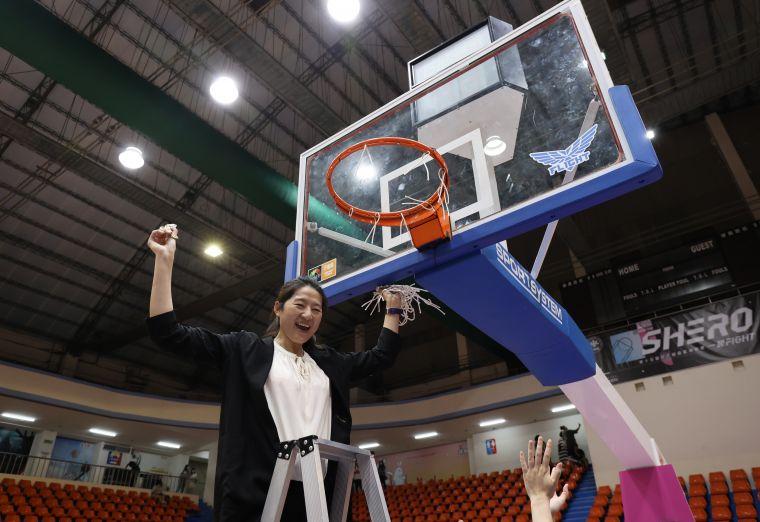 國泰人壽教練鄭慧芸剪籃網。大會提供