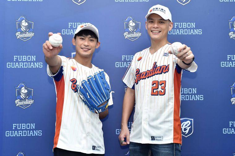 台灣大哥大體育家族成員、「柔道男神」楊勇緯現身新莊棒球場,與台灣大總經理林之晨穿上象徵「能所不能」的台灣大哥大XVIII悍將中學主題球衣,一起替比賽開球。官方提供