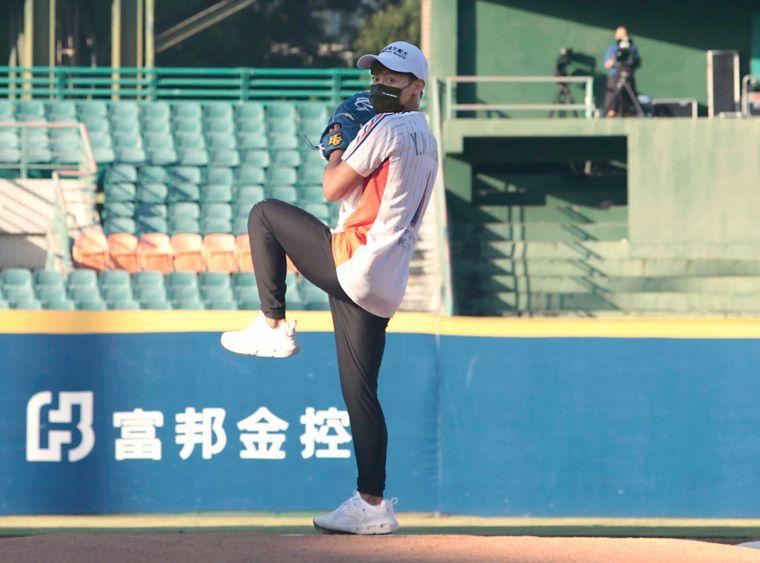 楊勇緯首次站上投手丘為職棒開球,展現驚人球技。官方提供