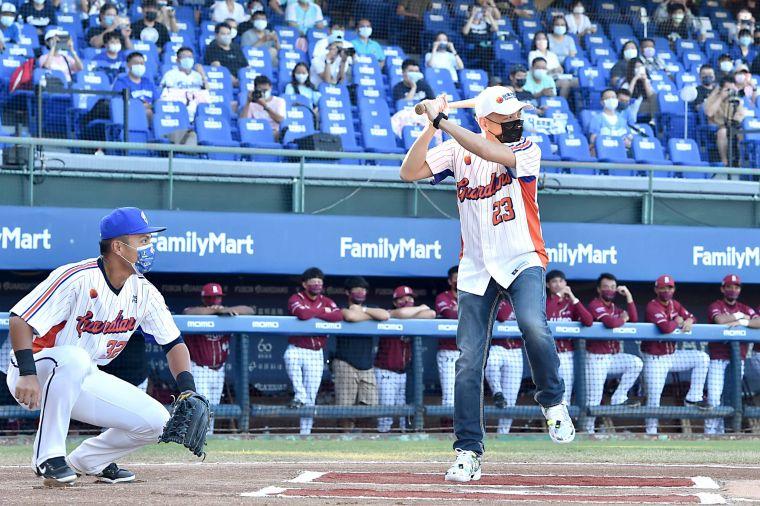 台灣大哥大總經理林之晨擔任開球打手。官方提供