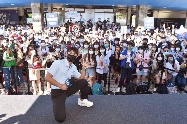 「男神學長」楊勇緯賽前驚喜現身,與粉絲歡樂大合照。官方提供