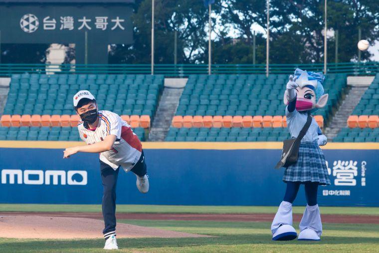 林昀儒第一次站上投手丘為職棒開球。官方提供