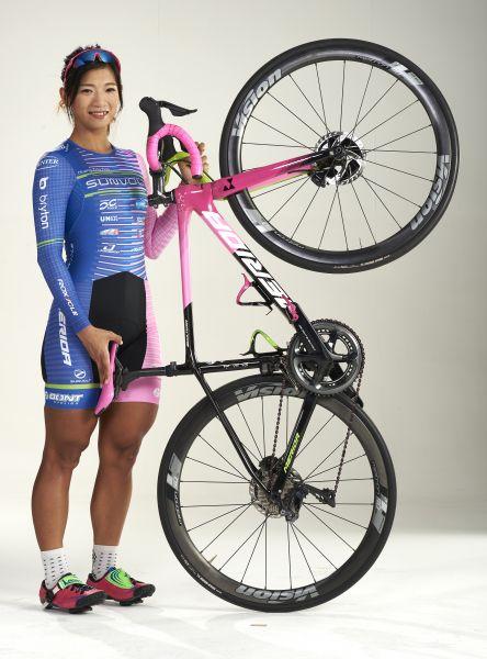 黃亭茵與她最愛的粉紅戰駒。高雄運動發展局提供