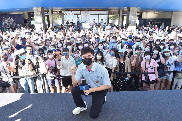 林昀儒與現場球迷粉絲歡樂互動,充分展現出「國民同學」親民的一面。官方提供