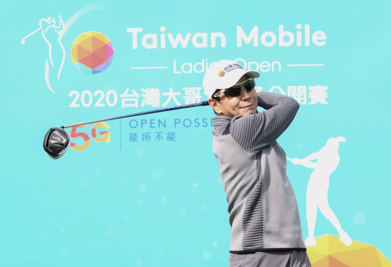台灣大哥大董事長蔡明忠在開球儀式中為大會開出漂亮的第一球。台灣大哥大女子公開賽提供