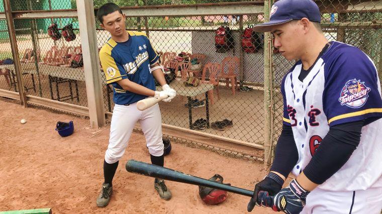 台電棒球隊前往雲林縣麥寮高中舉辦「2020台電棒球隊關懷列車活動」,除了致贈全新棒球供青棒隊使用外,台電棒球隊成員陳偉志(右)也現場變身私人教練,無私傳授各種球技訣竅。官方提供