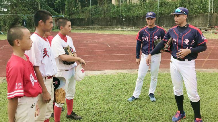 2020台電棒球隊關懷列車開往嘉義縣民和國中,除了致贈全新棒球供少棒隊練習外,台電棒球隊成員蔡智榆(右二)和戴如量(右一)也向小小學員們分享各種練球心得。官方提供