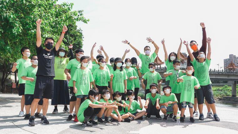 台北市建築世代會慈善路跑報名費全額捐贈台東孩子的書屋、三峽小草書屋。官方提供