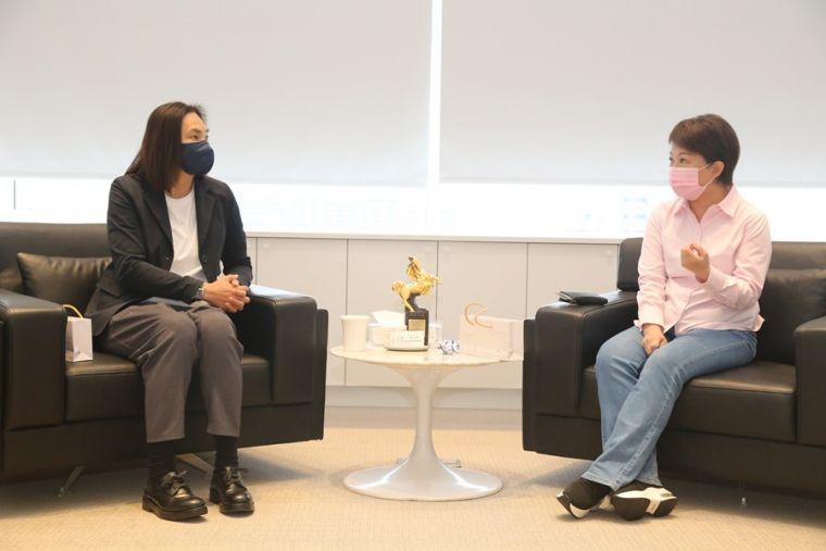 T1聯盟會長錢薇娟(左)拜會台中市長盧秀燕(右)。  台中市政府提供