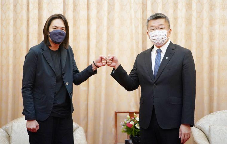 T1聯盟會長錢薇娟(左)拜會立法院副院長暨中職會長蔡其昌(右)。T1聯盟提供