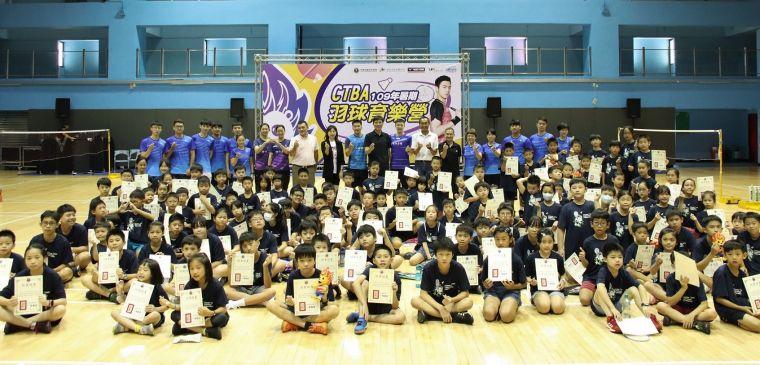 中華羽協羽球育樂營學員大合照。大會提供