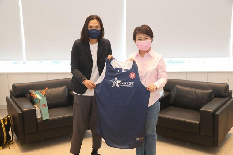 T1聯盟會長錢薇娟(左)致贈台中市長盧秀燕(右)紀念球衣。  台中市政府提供