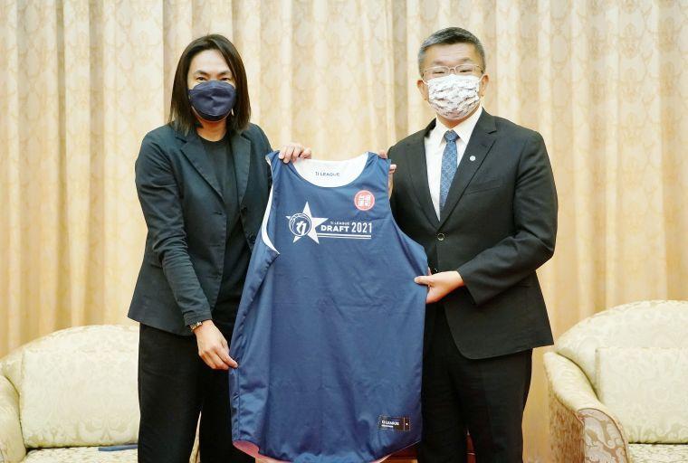 T1聯盟會長錢薇娟(左)致贈紀念球衣給立法院副院長暨中職會長蔡其昌(右)。T1聯盟提