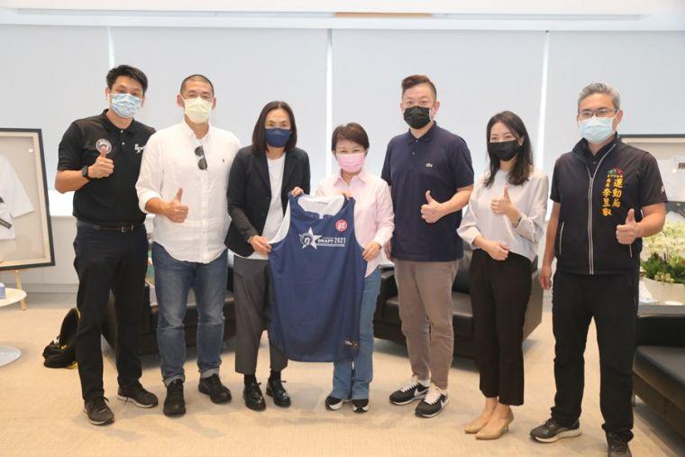 T1聯盟會長錢薇娟(左3)率聯盟團隊與台中太陽球團一同拜會台中市長盧秀燕(左4)。官方提供