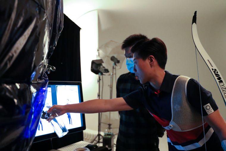 「雷母」雷千瑩以專業視角化身動作指導,讓每張形象照都更臻完美。中華奧會提供