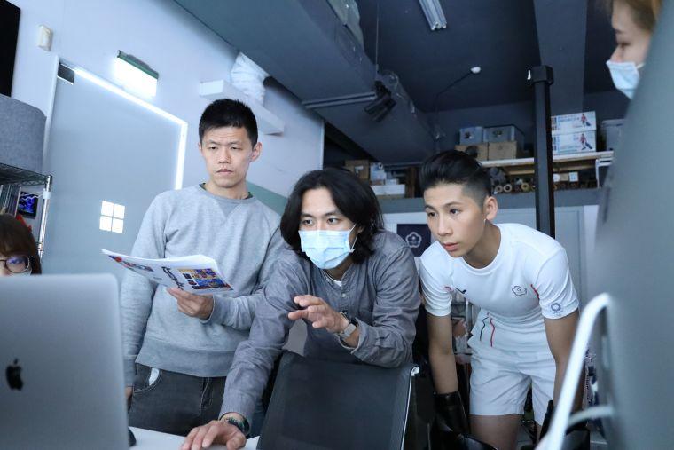 拳擊好手林郁婷於拍攝現場宇攝影師討論拍攝細節。中華奧會提供