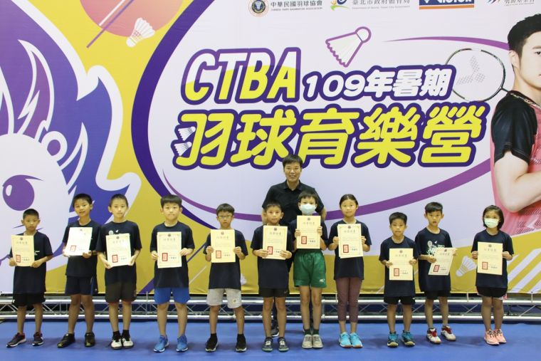 中華羽協理事長親頒結業證書。羽協提供
