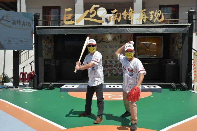 工研院院長劉文雄(左)與第一代巨人少棒球員、現任工研院資深副總監暨南分院執行長吳誠文打造科技運動產業。大會提供